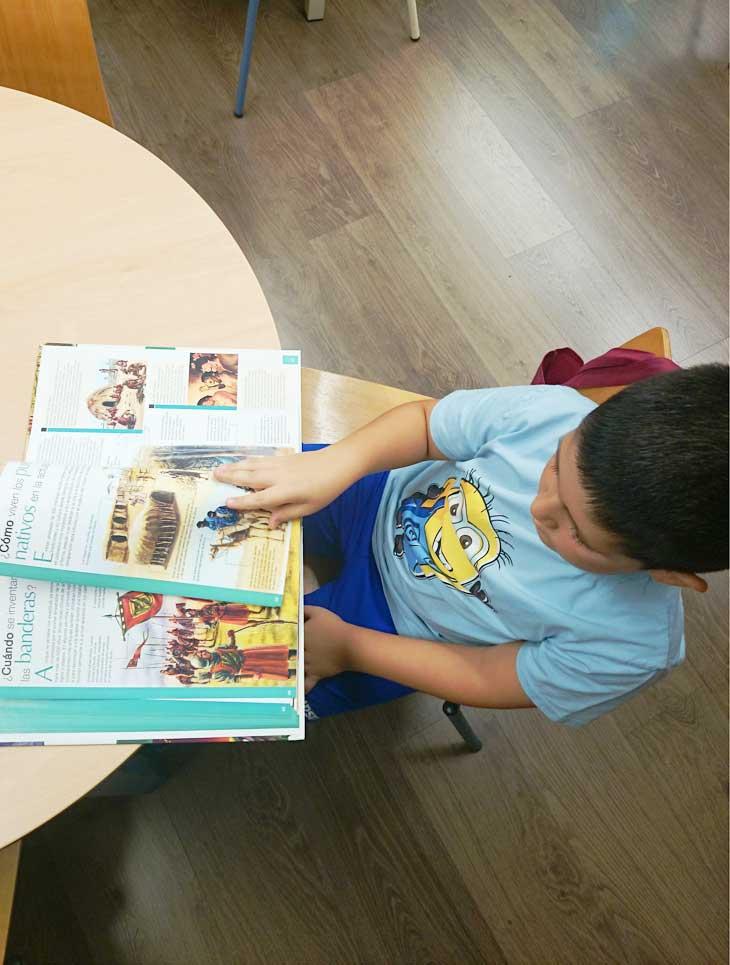 Contrapicado leyendo