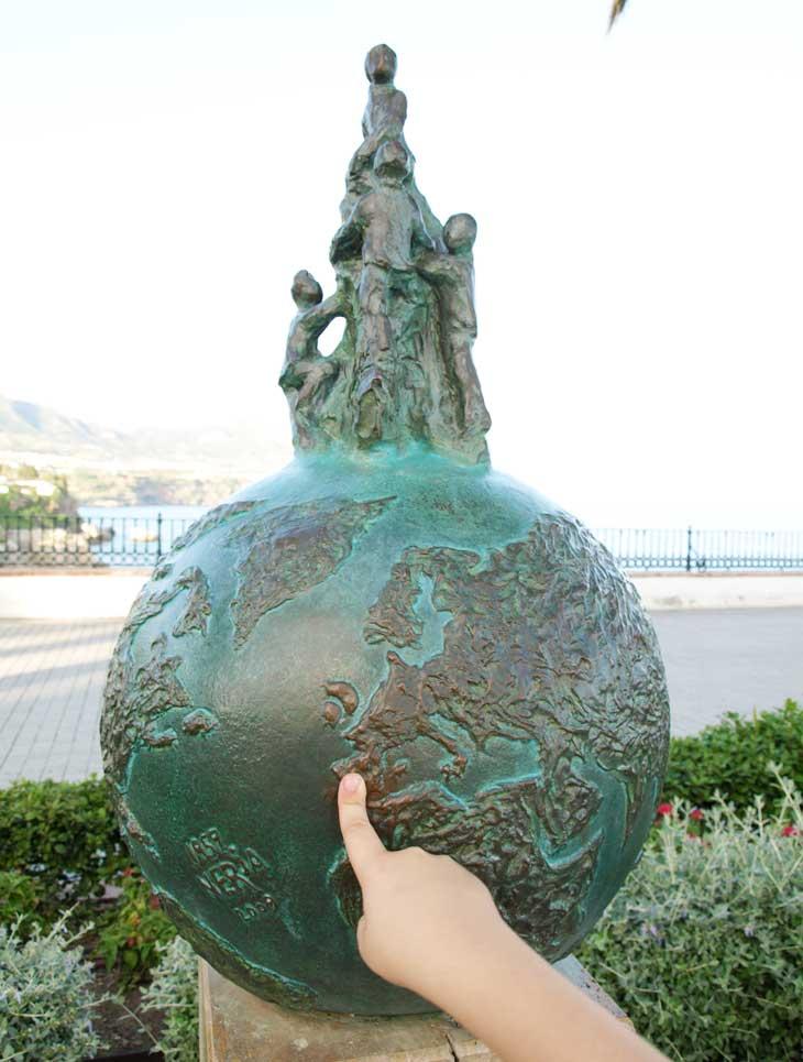 Escultura conmemorativa de las Cuevas de Nerja