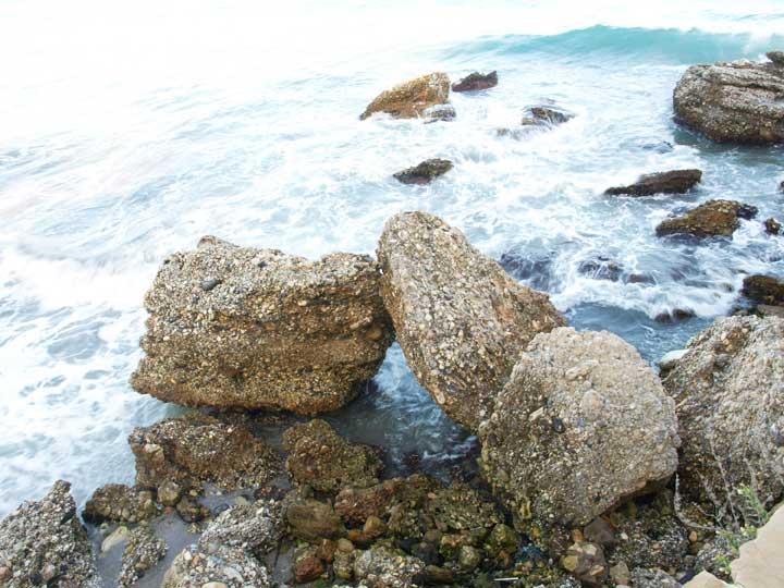 Olas y rocas en Nerja