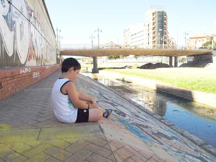 Debajo del puente del río