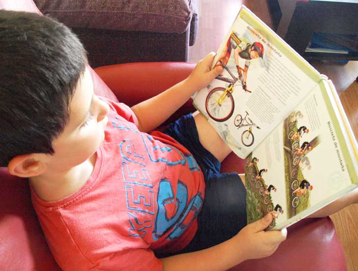 Leyendo libro de los deportes