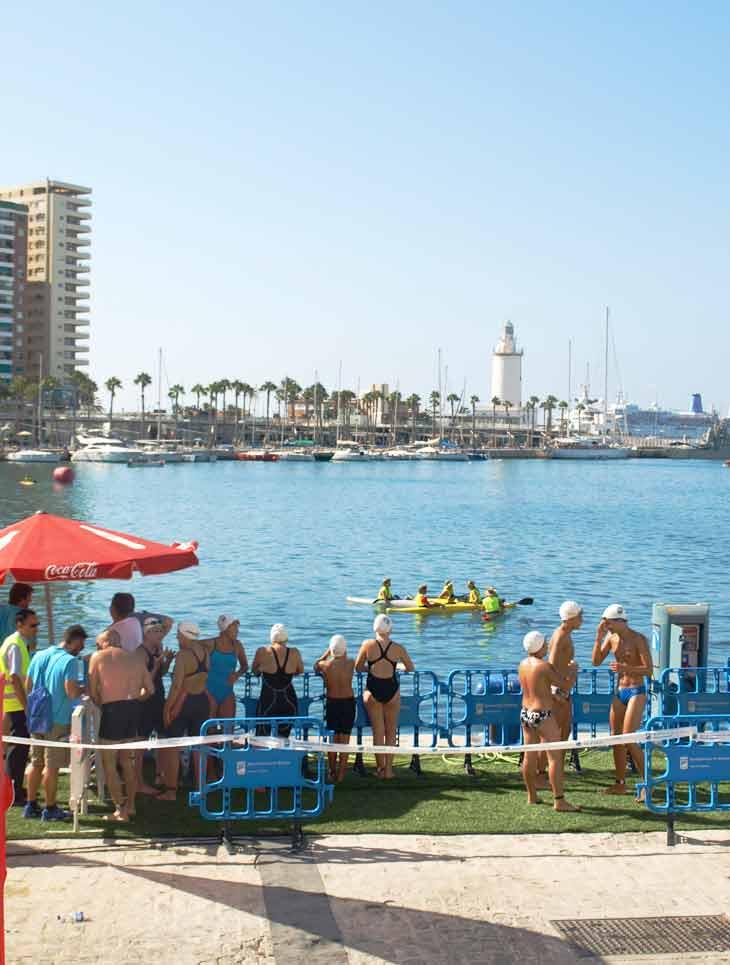 Llegada de nadadores de Travesía del Puerto de Málaga