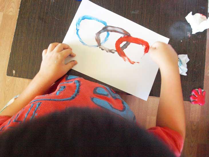 Pintando con los dedos los aros olímpicos