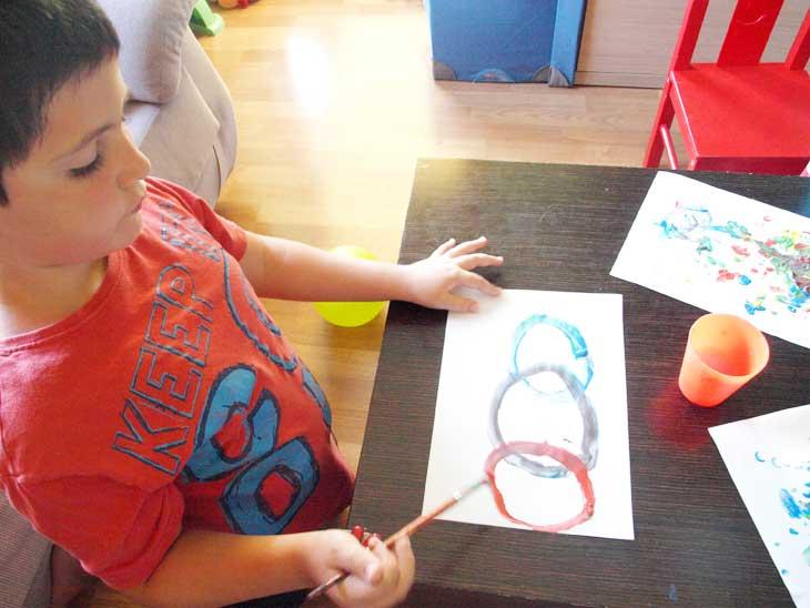 Pintando los aros olímpicos con pincel 2