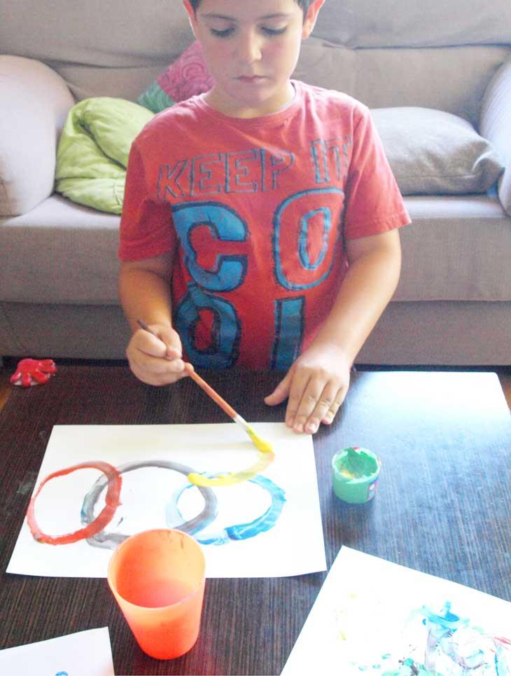 Pintando los aros olímpicos con pincel