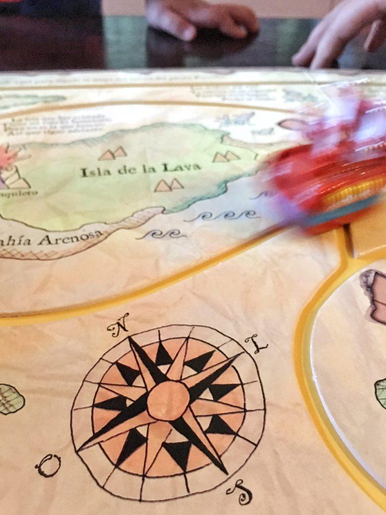 Detalle mapa pirata y barco en movimiento
