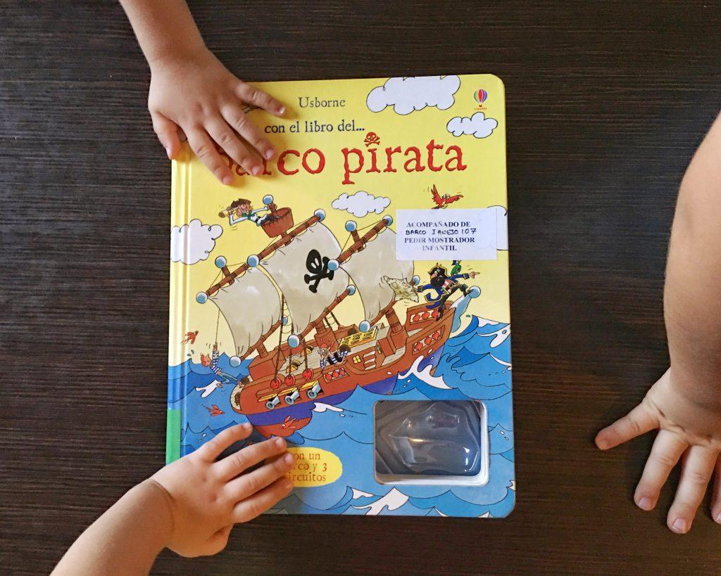 Juega con el libro del barco pirata
